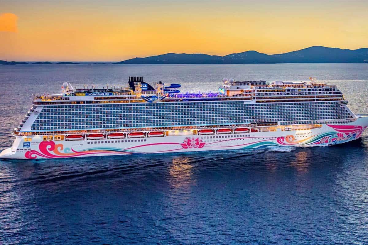 16360983_web1_190410-VNE-Norwegian-Cruise